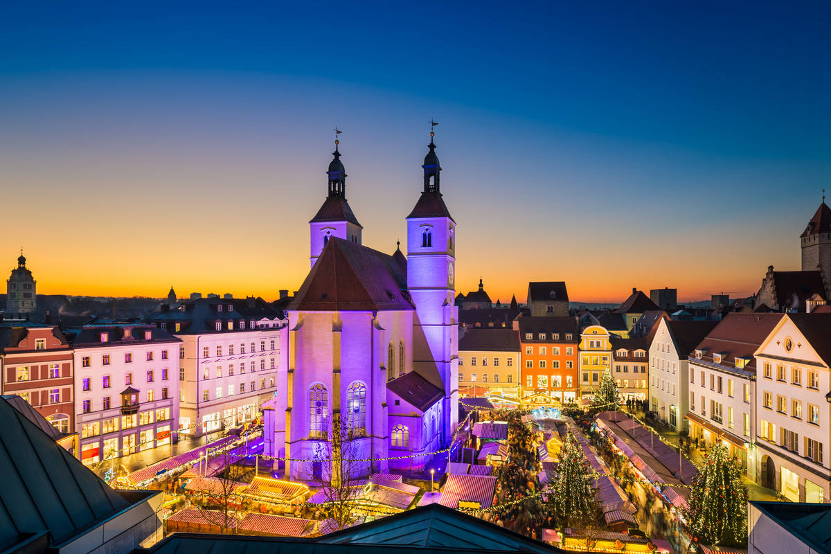 Christmas market in the Old Town of Regensburg, Germany © Mapics